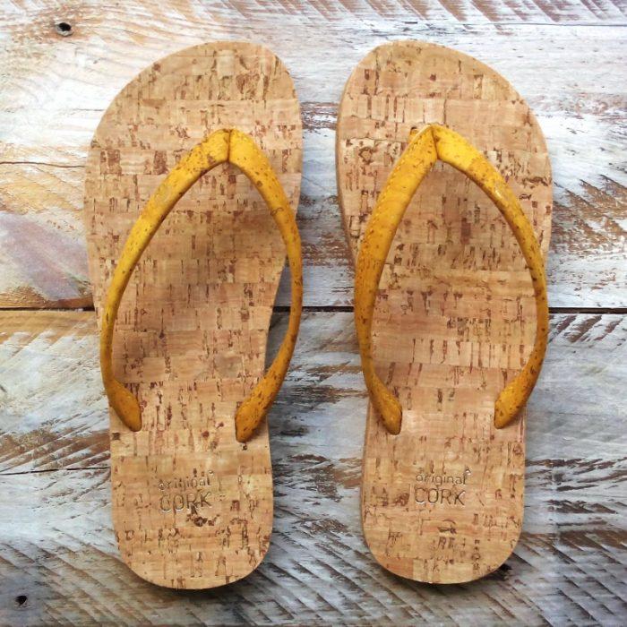 """Os chinelos em cortiça bumblebees, da Original Cork, são """"easy style"""" design, para usar na praia, campo ou cidade. Cor: bumblebees (amarelo)."""