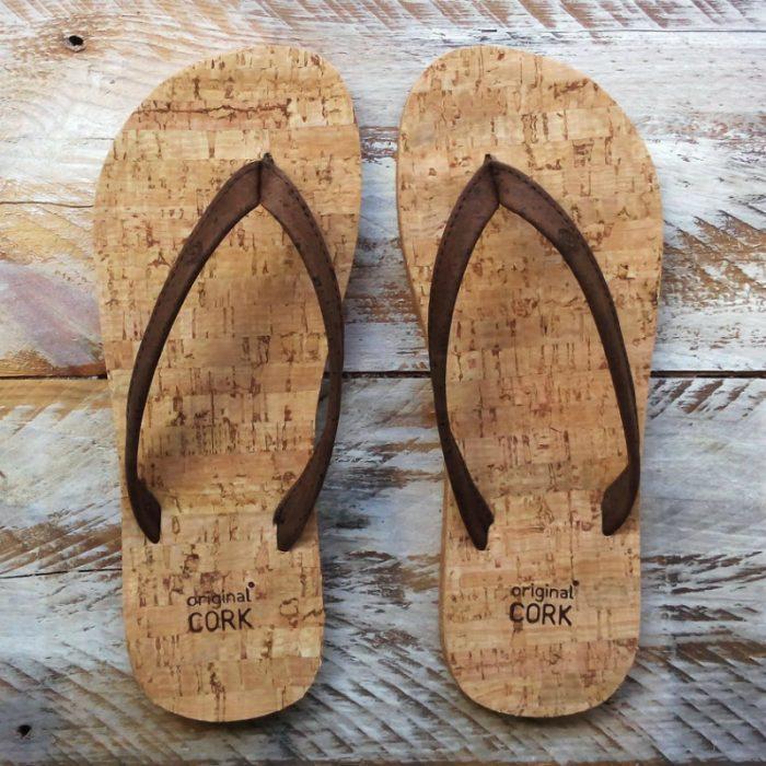 """Os chinelos em cortiça fiesta, da Original Cork, são """"easy style"""" design, para usar na praia, campo ou cidade. Cor: fiesta (cor tijolo)."""