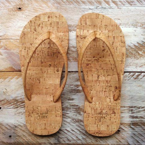 """Os chinelos em cortiça nature, da Original Cork, são """"easy style"""" design, para usar na praia, campo ou cidade. Cor: nature (sem cor)."""