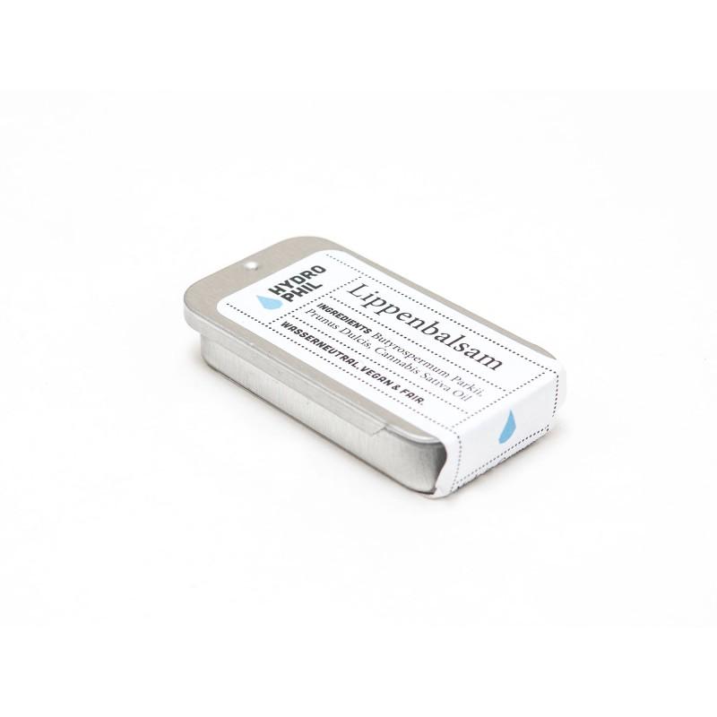 Este bálsamo labial contém apenas 3 ingredientes: manteiga de karité, manteiga de amêndoa e cera de cânhamo.Nutre a pele stressada da maneira mais natural!