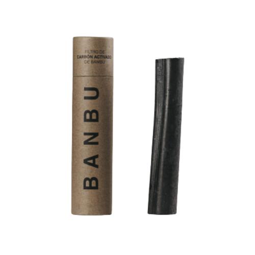 A estrutura super porosa do carvão ativado de bambu funciona como filtro para a água, reduzindo a presença de cloro, melhorando o seu sabor.
