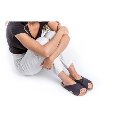 As sandálias Black Sun são feitas em algodão orgânico, sola de cortiça para um elevado conforto e borracha natural com o plástico recolhido.