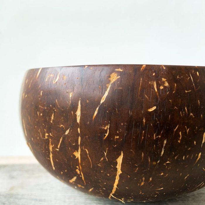 Tigelas feitas artesanalmente por artesãos indonésios, a partir de cascas de coco que são descartadas como desperdício.
