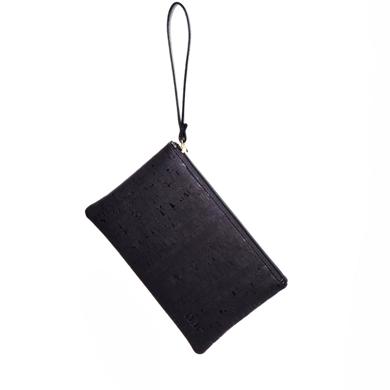 A carteira Lena Cork é uma carteira de pulso feminina com um longo fecho-éclair feita de cortiça preta laminada e estampada.