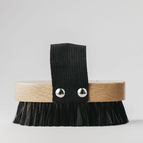 A escova para animais é feita de madeira de faia e cerdas de nylon. Esta escova é adequada para cães e gatos de pêlo curto, médio ou longo.