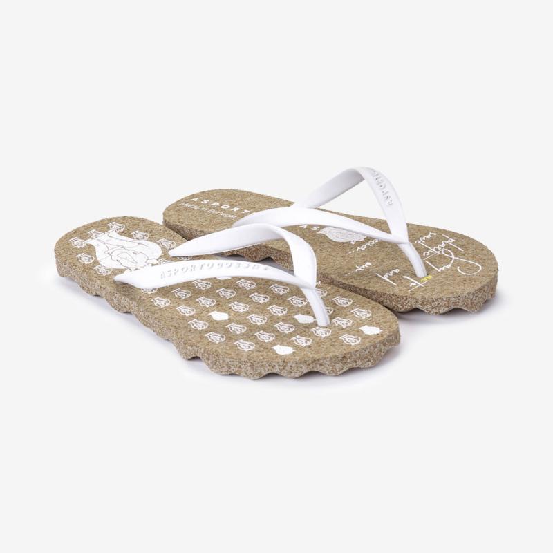 Da natureza, para si... ASPORTUGUESAS é uma marca de calçado portuguesa que não deixa descalça a sustentabilidade do planeta. São a primeira marca de chinelos de cortiça, utilizando uma matéria-prima 100% natural que nasce numa árvore e é recuperada a cada nove anos, sem que a árvore seja cortada. Os seus chinelos são os elegantes, confortáveis e conscientes!