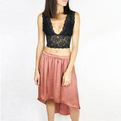 A saia Indy tem um tecido confortável com um ajuste de cintura alta, uma sensação/aparência acetinada.