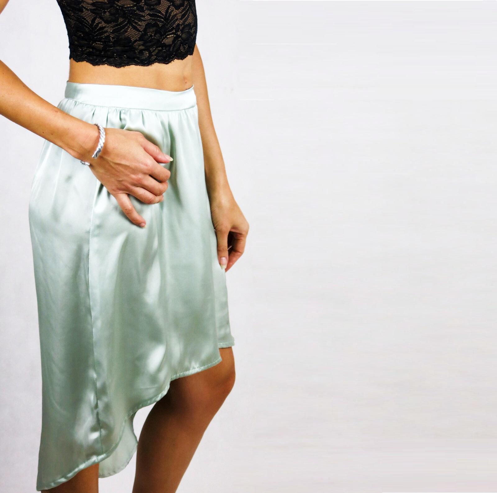 A saia Oplit tem um tecido confortável com um ajuste de cintura alta, uma sensação/aparência acetinada.