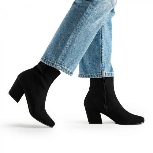 Jeanne é uma bota vegan com salto em bloco e biqueira ligeiramente quadrada.