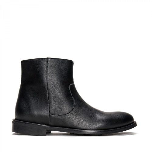 Lester é um bota vegan para homem, clássica e elegante ligeiramente rebaixada à frente.