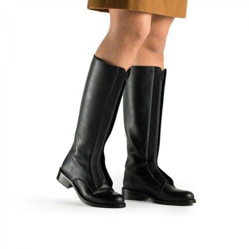 Ruth é uma bota vegan de cano alto com fecho central para facilmente ser calçada.