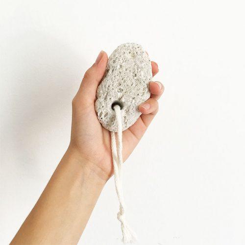 A pedra pomes promove uma pele lisa e tonificada, ajudando a remover a pele morta. Uma ótima aliada paralixar pés, cotovelos ou mãos.