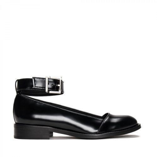 As Lola Micro são um sapato vegan preto estilo sabrina feito com microfibra eco-friendly. Feito à mão em Portugal em condições justas de trabalho.