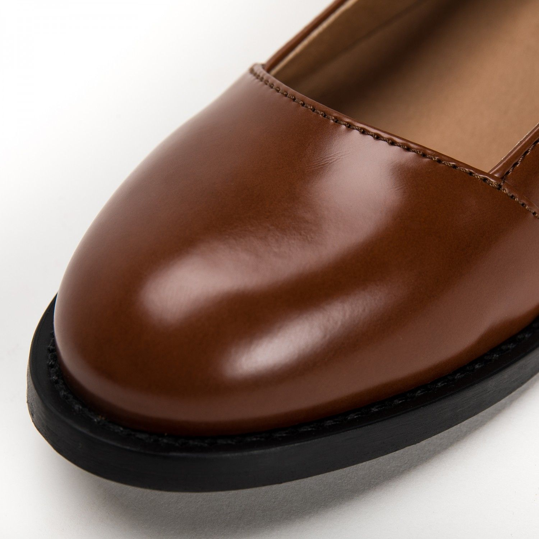 As Lola Micro são um sapato vegan castanho estilo sabrina feito com microfibra eco-friendly. Feito à mão em Portugal em condições justas de trabalho.