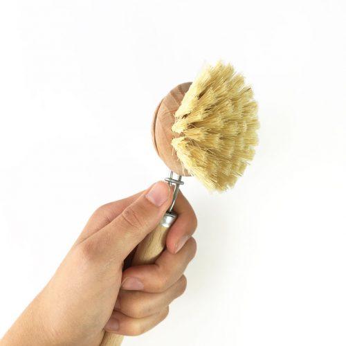 Escova para lavar loiça com cerdas duras de fibras vegetais naturais e com cabo e cabeça de madeira. Umaótima alternativa aos esfregões descartáveis.