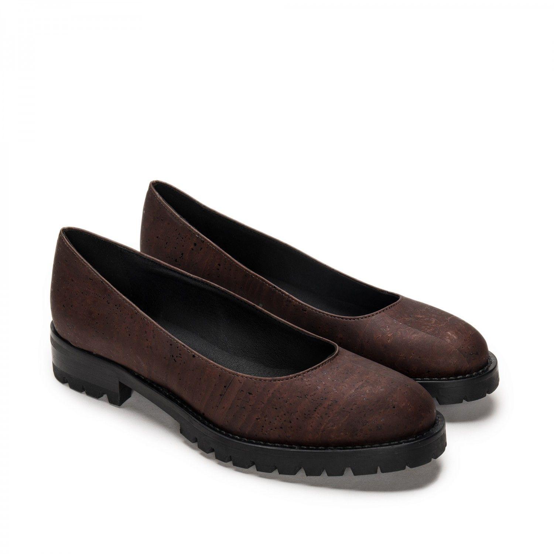 As Lili são um sapato vegan estilo sabrina feita com cortiça natural. Feito à mão em Portugal em condições justas de trabalho.