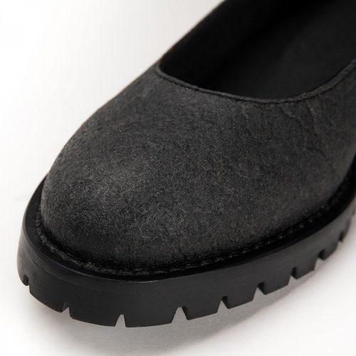 As Lili Piñatex são um sapato vegan estilo sabrina feito com piñatex preto, um material muito sustentável e natural. Feito à mão em Portugal.