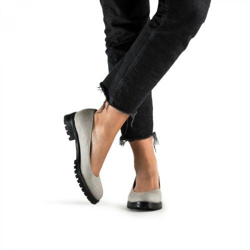 As Lili Piñatex são um sapato vegan estilo sabrina feito com piñatex cinza, um material muito sustentável e natural. Feito à mão em Portugal.