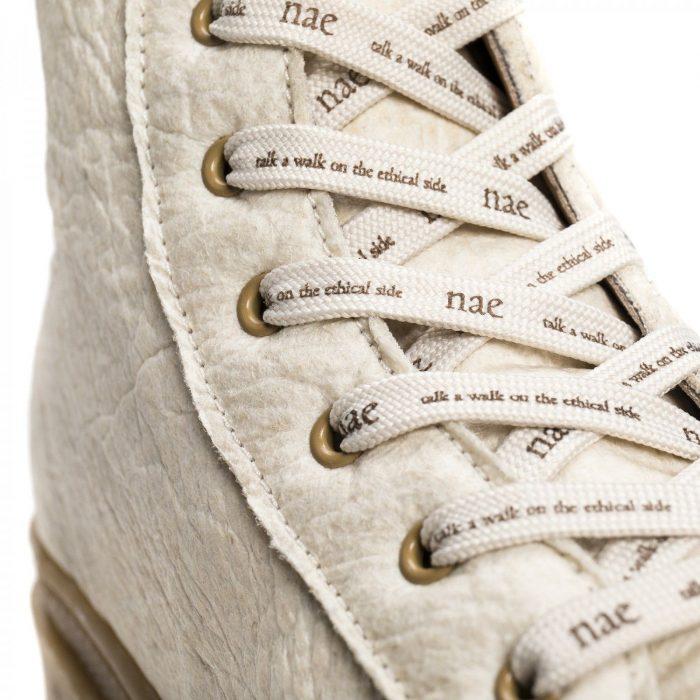 As Noah Piñatex são umas botas cor marfim feitas a partir de folhas de ananás.