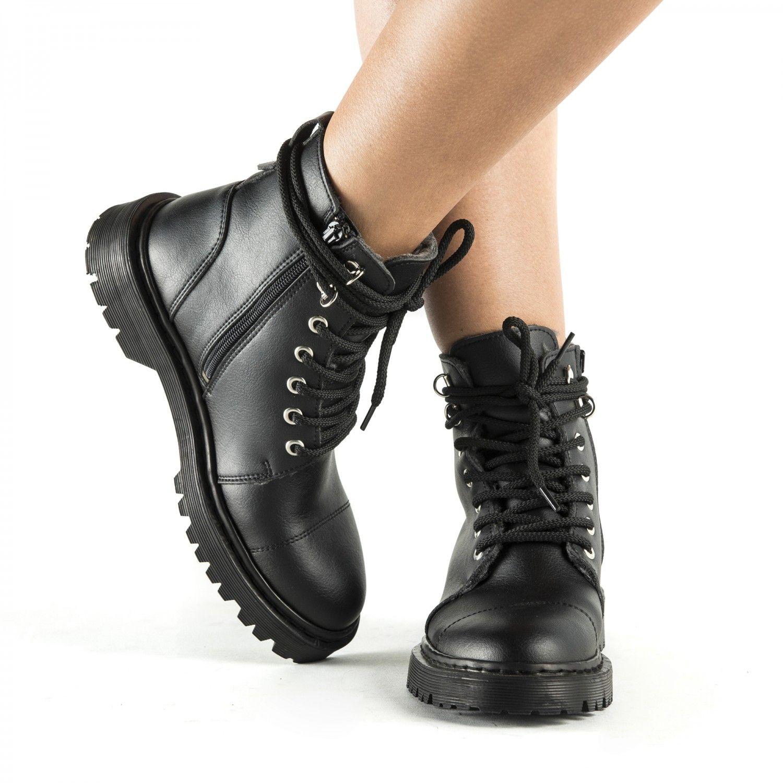As botas vegan Charlie são unissexo, com altura pelo tornozelo e atacadores feitas com microfibra ecológica e algodão orgânico.