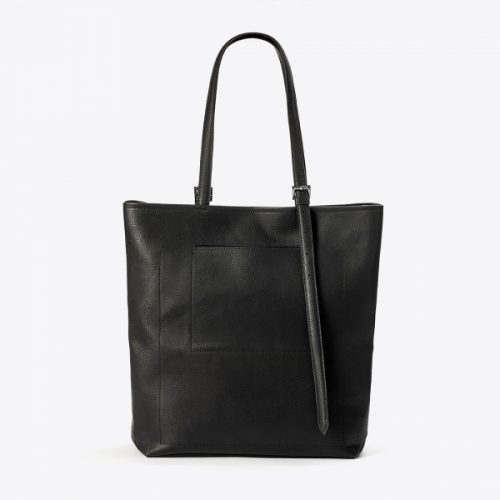 A mala adele é um exemplo de moda e estilo sem crueldade, eternamente elegante e versátil! Fabricada com couro vegan aprovado pela PETA.