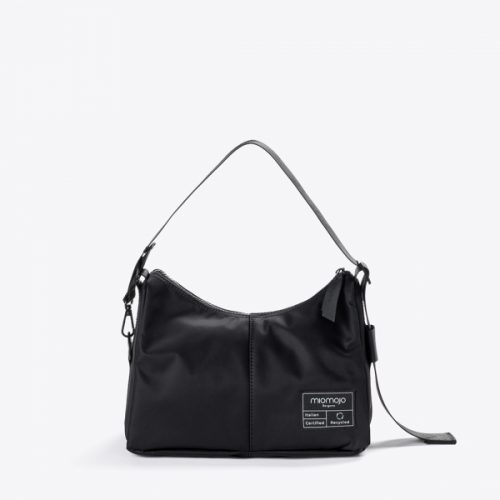 A mala ambra guarda todos os itens essenciais para um passeio ou para uma saída à noite e demonstra que estilo e sustentabilidade podem andar de mãos dadas.
