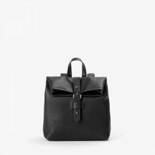 A mochila claudia é um exemplo de moda e estilo sem crueldade, eternamente elegante e versátil! Fabricada com couro vegan aprovado pela PETA.