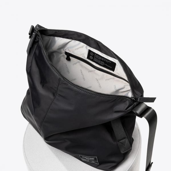 A mala dorotea oferece espaço para os seus itens tanto para levar para o escritório como para o estúdio de ioga. Aprimorada com detalhes modernos.