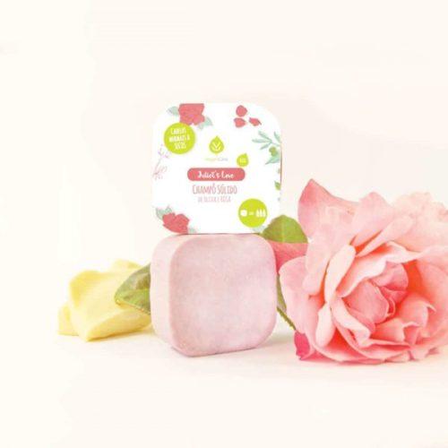 O champô sólido de oliva & rosa foi especialmente desenvolvido para cabelos normais a secos. Vegano, biodegradável e produzido em Portugal.