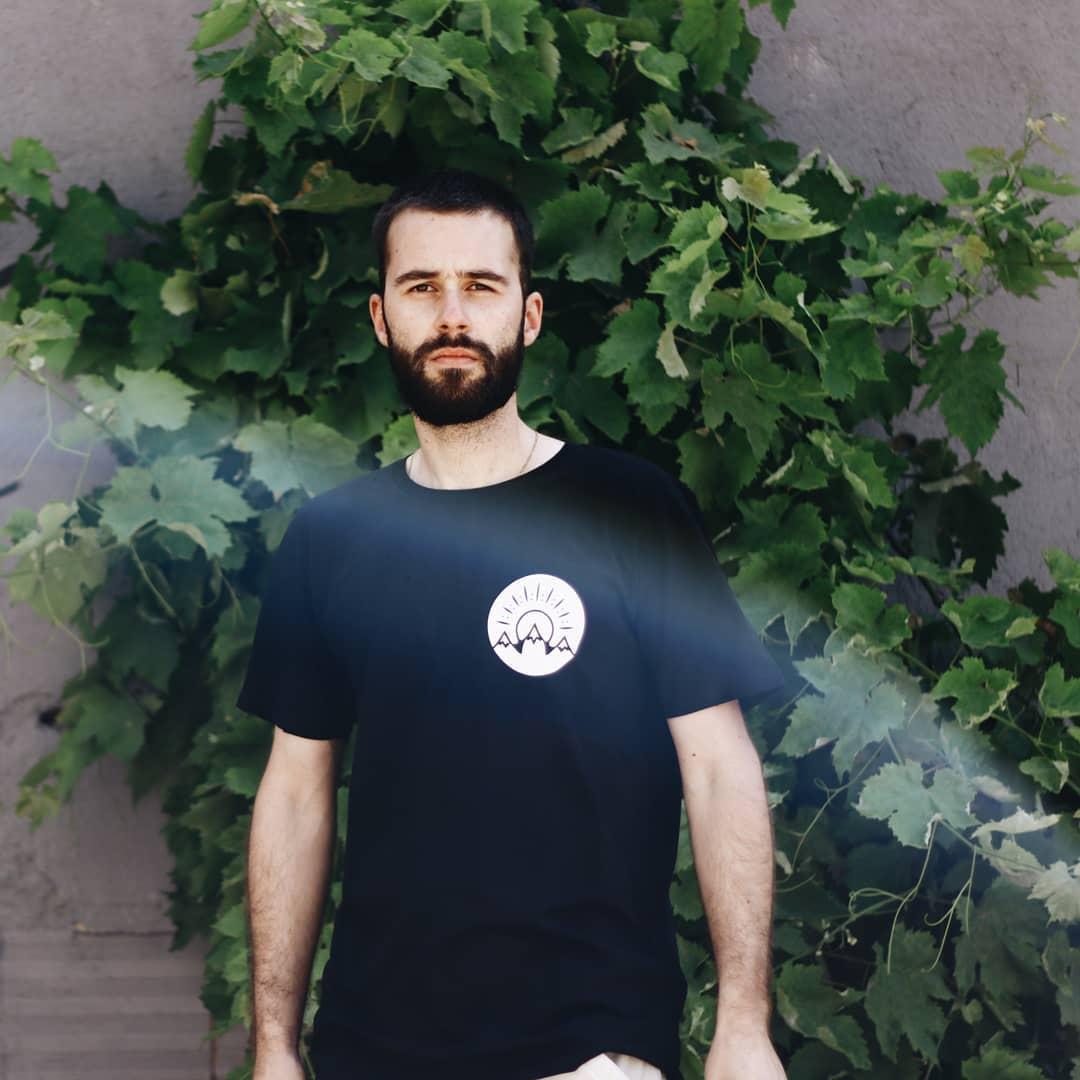 T-shirt 100% algodão orgânico. T-shirt com garantia de condições dignas de trabalho a todos os intervenientes.