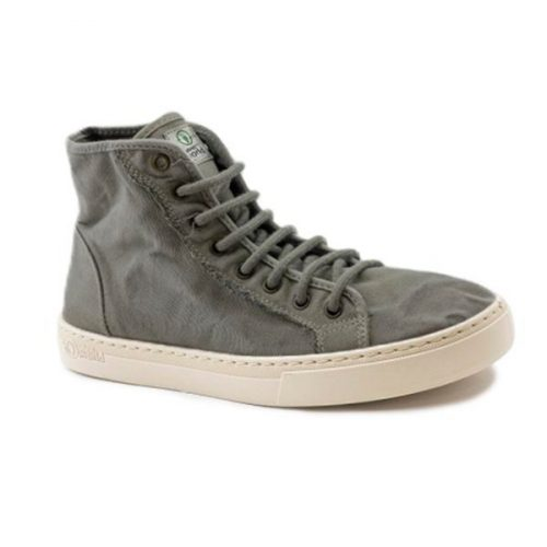 Este modelo de bota, em cor gris, foi fabricado em Espanha e com materiais ecológicos que respeitam o meio ambiente. Calçado vegan.