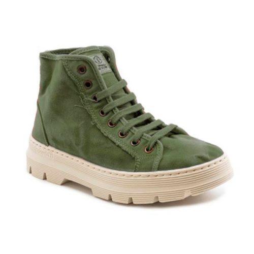 Este modelo de bota NW, em cor kaki, foi fabricado em Espanha e com materiais ecológicos que respeitam o meio ambiente. Calçado vegan.