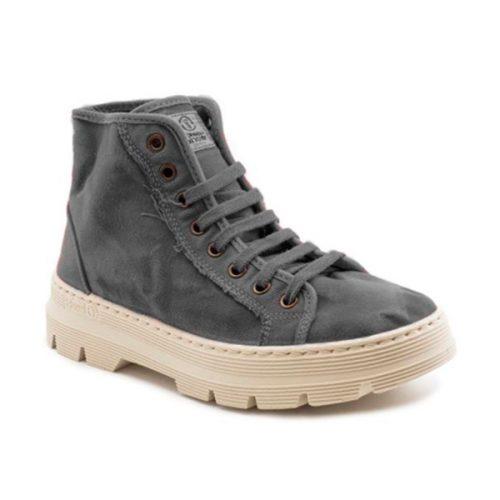 Este modelo de bota NW, em cor gris, foi fabricado em Espanha e com materiais ecológicos que respeitam o meio ambiente. Calçado vegan.
