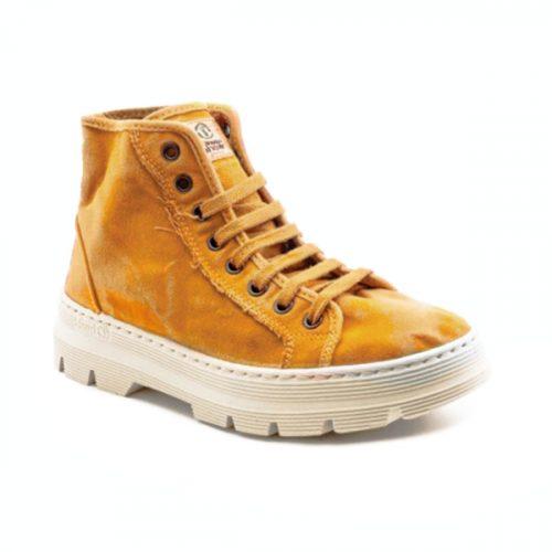 Este modelo de bota NW, em cor cuero, foi fabricado em Espanha e com materiais ecológicos que respeitam o meio ambiente. Calçado vegan.