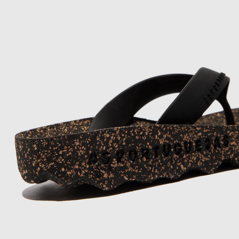 Os chinelos feel, em preto, são uns chinelos femininos feito em borracha natural e cortiça. Naturais, versáteis e sustentáveis!