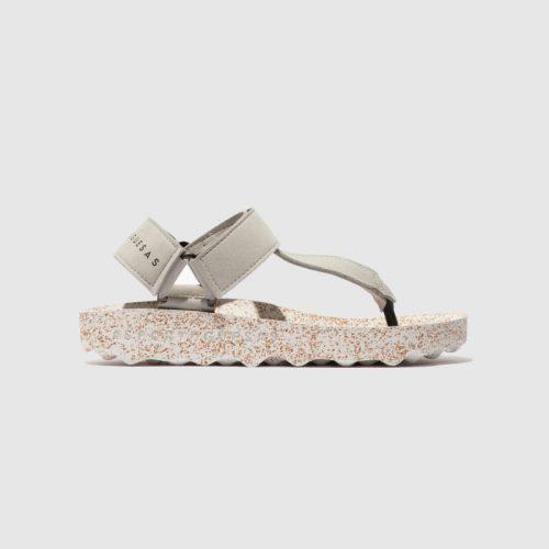 Sandálias fizz, em cinza, com sola em cortiça, em microsuede e forro em microfibra. São sandálias versáteis e sustentáveis!