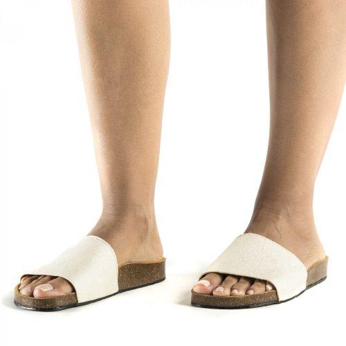 O modelo BAY WHITE são sandálias unissexo em piñatex, um material inovador e ecológico feito a partir do desperdício de folhas do ananás.