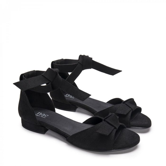 O modelo Chiara Black são sandálias de mulher, em microsuede. Com duas tiras em nó no tornozelo e um laço é aplicado no corte.