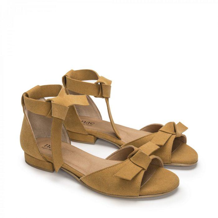 O modelo Chiara Yellow são sandálias de mulher, em microsuede. Com duas tiras em nó no tornozelo e um laço é aplicado no corte.