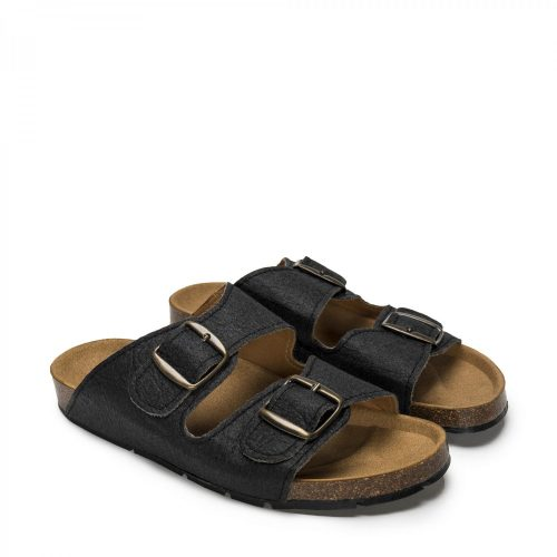 O modelo DARCO BLACK são sandálias unissexo em piñatex, um material inovador e ecológico feito a partir das fibras das folhas do ananás.