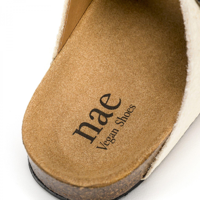O modelo DARCO WHITE são sandálias unissexo em piñatex, um material inovador e ecológico feito a partir das fibras das folhas do ananás.