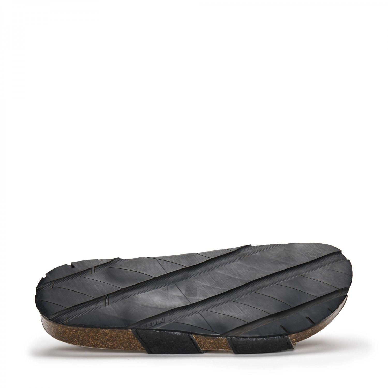 O modelo Karia Black Piñatex são sandálias unissexo em piñatex, um material ecológico feito a partir do desperdício das folhas do ananás.
