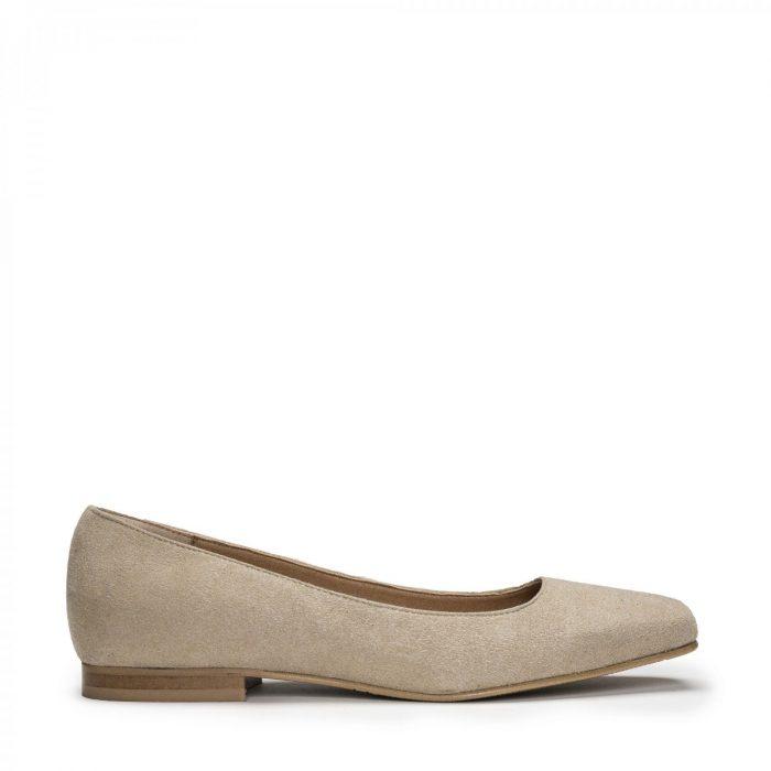 O modelo Louise Beige são sapatos rasos estilo 'ballerina' com ponta quadrada. Feito à mão em Portugal em condições justas de trabalho.