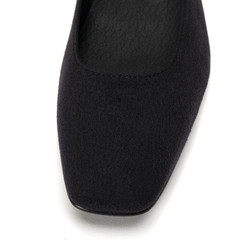 O modelo Louise Black são sapatos rasos estilo 'ballerina' com ponta quadrada. Feito à mão em Portugal em condições justas de trabalho.