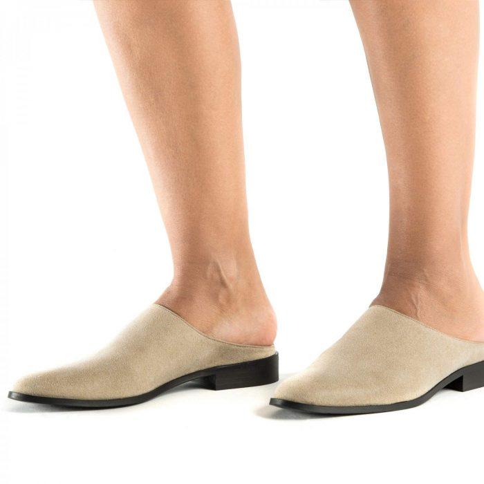 O modelo Zoe Beige são um sapato vegan estilo mule, raso e feito em microfibra certificada OEKO-TEX. Feito à mão em Portugal.