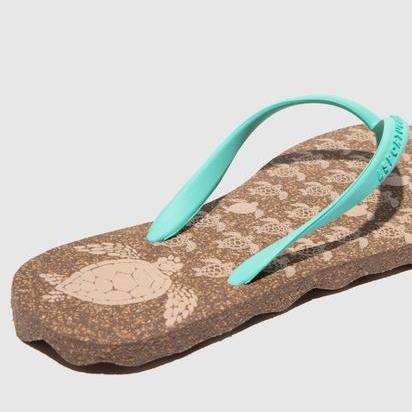 Os chinelos de dedo são muito confortáveis e anti-transpiráveis. As ondas na sola dos chinelos funcionam como isolamento acústico ao andar.