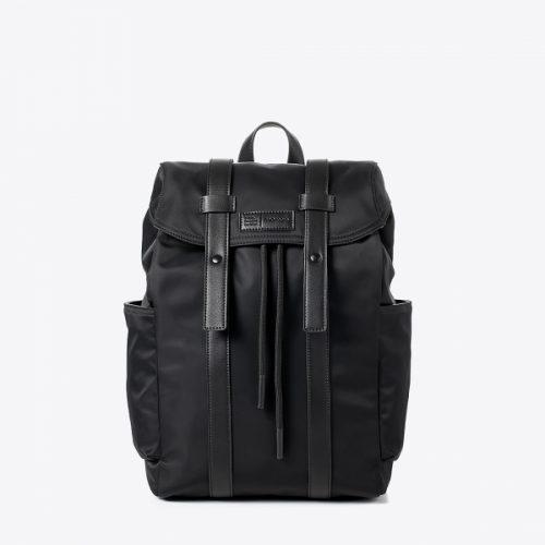 A mochila orlando oferece uma estética elegante e minimalista toda em preto com atenção aos detalhes e funcionalidade.