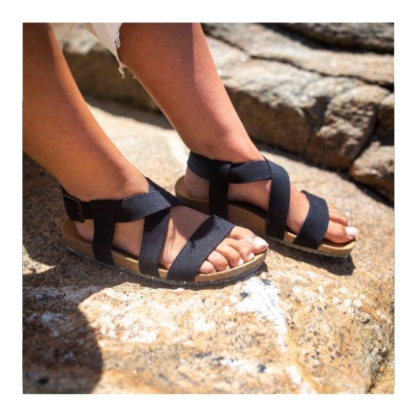 As sandálias Black Sand são feitas em algodão orgânico, sola de cortiça para um elevado conforto e borracha natural com plástico recolhido.