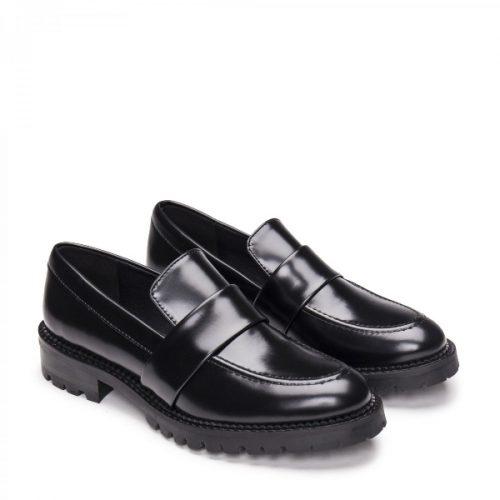 Elena Black Micro são sapatos mocassim com uma tira central, feitas em couro vegan. Cuidadosamente fabricado em Portugal.