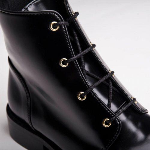 As Melany Black são umas botas de cano baixo com atacadores e biqueira lisa, feitas em couro vegan. Cuidadosamente fabricado em Portugal.